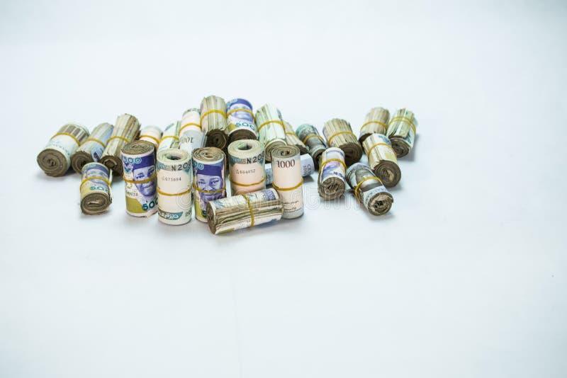 De broodjes en de Bundels van Naira innen lokale munten in een piramidehoop stock foto's