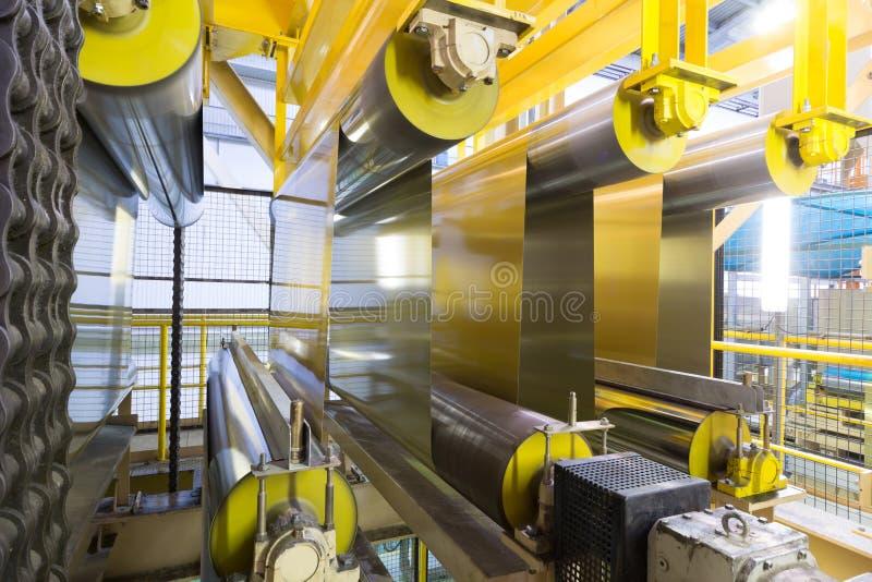 De broodjes van aluminium breiden zich op speciale machines uit stock fotografie