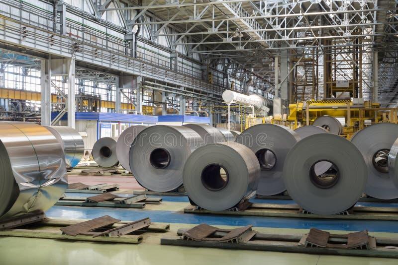 De broodjes van aluminium liggen in productiewinkel van installatie royalty-vrije stock foto