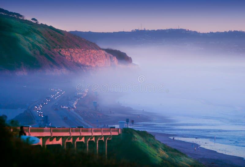 De Broodjes van de mist binnen op de Klippen van de Zonsondergang bij de Pijnbomen Torrey van de Schemering ~ stock afbeelding