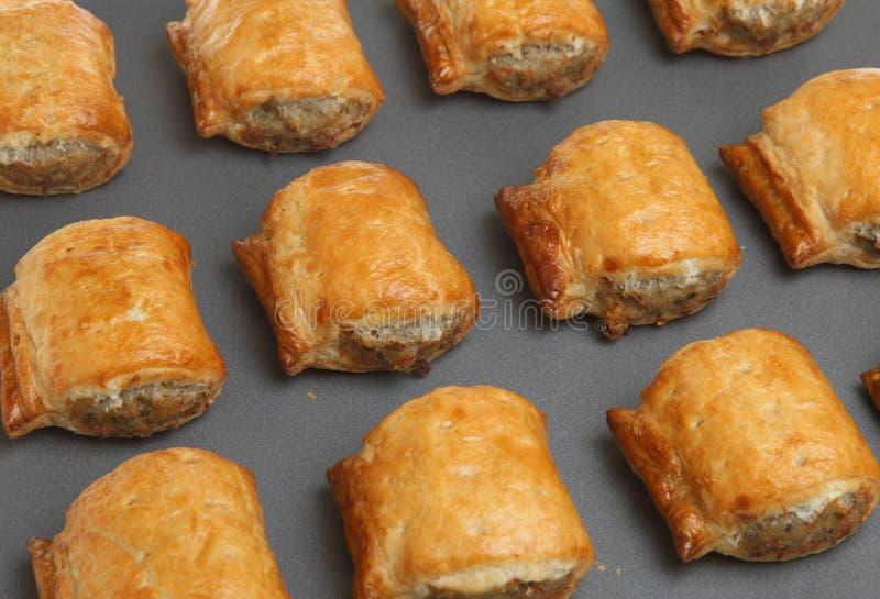De Broodjes van de worst op het Dienblad van het Baksel royalty-vrije stock foto's