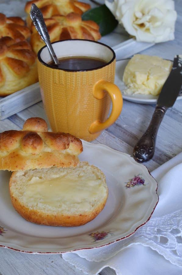 De broodjes van het karnemelkdiner dienden met boter, mes en jam op houten achtergrond Verse gebakken brioche Eigengemaakt baksel royalty-vrije stock foto