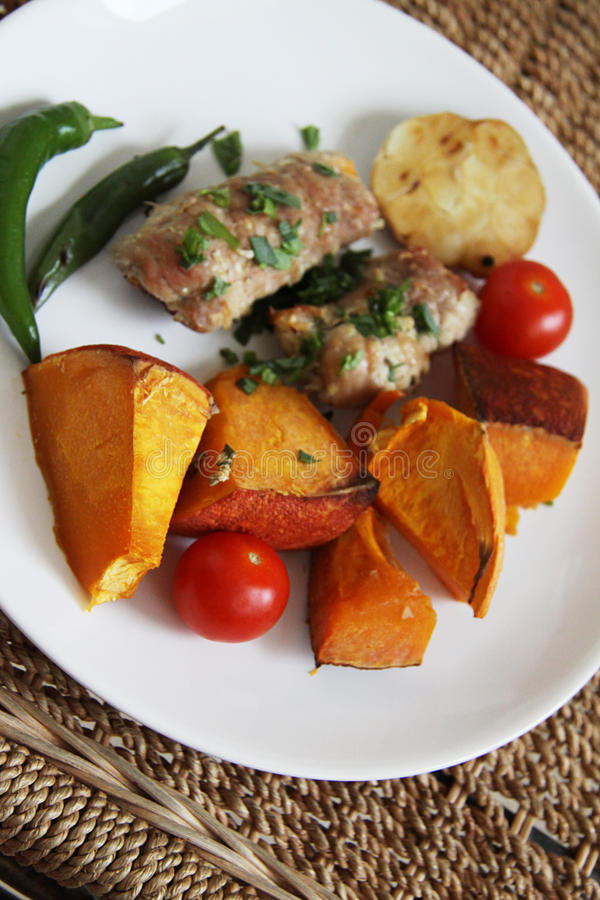 De broodjes van het varkensvlees met groenten royalty-vrije stock afbeelding