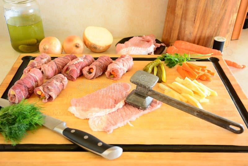 De broodjes van het varkensvleesvlees met voorbereide aardappels en groenten met doorbladert van salade royalty-vrije stock foto