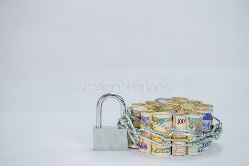 De broodjes van Naira innen lokale munten met ketting en hangslot stock foto's