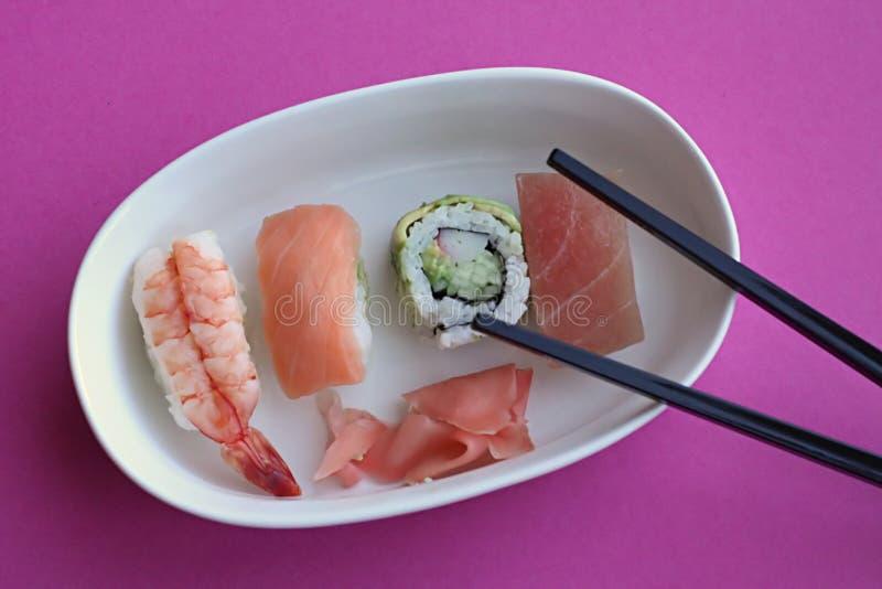 De broodjes van sushi in dienblad royalty-vrije stock afbeeldingen