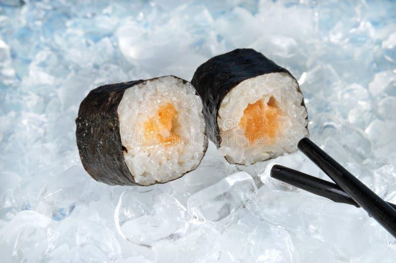 De broodjes van sushi op ijs stock afbeeldingen