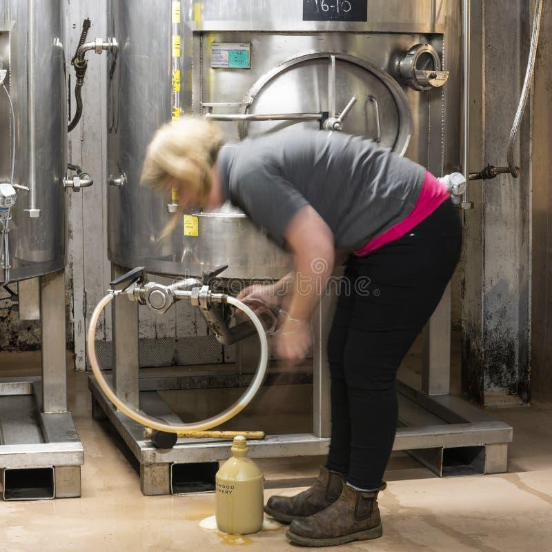 De Brouwerijvrouw van bierringwood royalty-vrije stock afbeelding