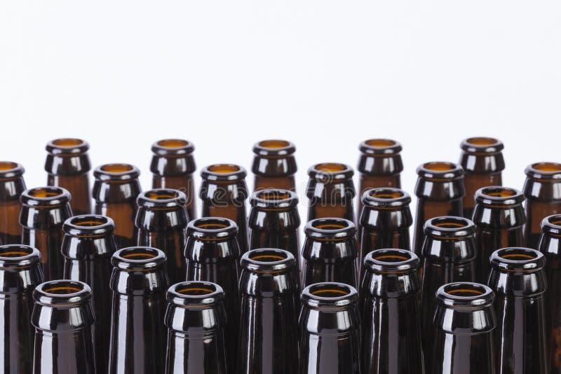 De Brown de cerveza todavía de las botellas vida de cristal en el fondo blanco fotografía de archivo libre de regalías