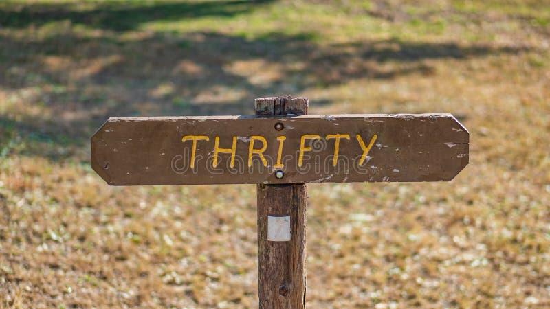 De Brown de signe champ herbeux en bois dedans avec économe écrit là-dessus photo libre de droits