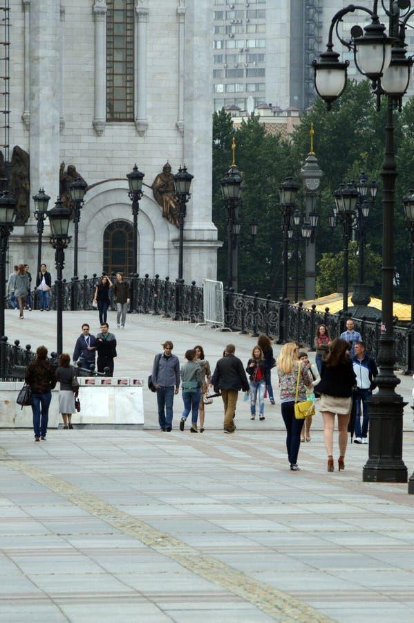 De brug de Kathedraal van Christus de Verlosser in de Regenachtige de dagzomer van Moskou royalty-vrije stock afbeelding