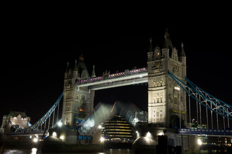 De Brug die van de toren bij nacht, Londen, het UK opent royalty-vrije stock afbeelding