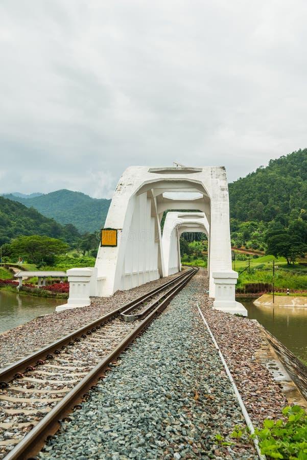 De brug die van het spoorwegspoor rivier wit brug geschilderd roze kruisen stock fotografie