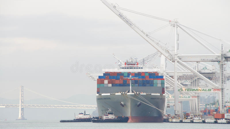 De BRUG die van Vrachtschiphamburg de Haven van Oakland vertrekken stock foto's