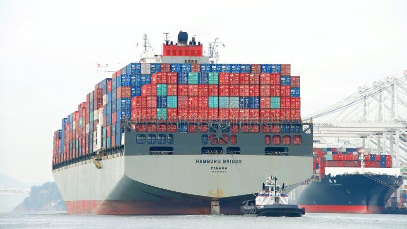 De BRUG die van Vrachtschiphamburg de Haven van Oakland vertrekken stock afbeeldingen