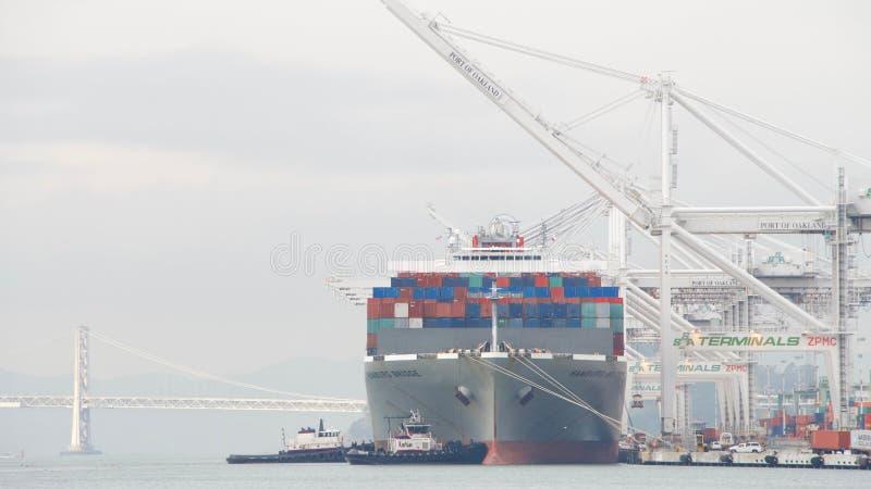De BRUG die van Vrachtschiphamburg de Haven van Oakland vertrekken royalty-vrije stock foto's