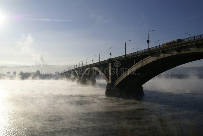 De brug door Yenisei stock fotografie