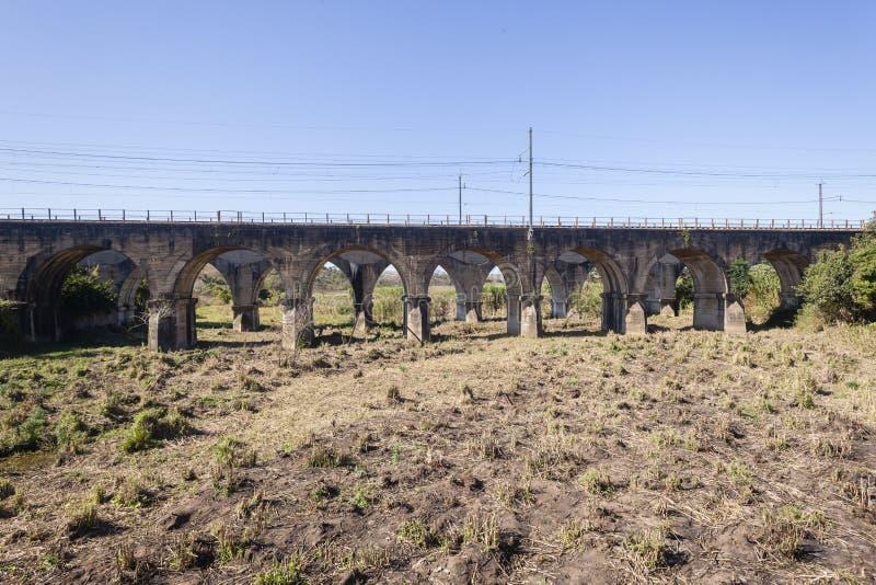 De Brug Droge Rivier van de treinspoorweg stock afbeeldingen
