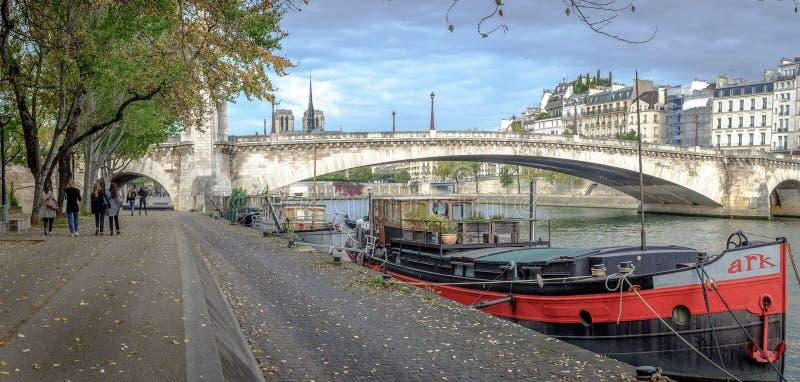 De brug en de boot van Parijs royalty-vrije stock afbeelding
