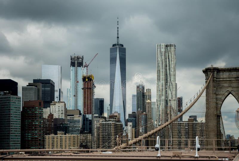 De Brug en de Bouw van Brooklyn op de Stadshorizon van New York royalty-vrije stock afbeeldingen