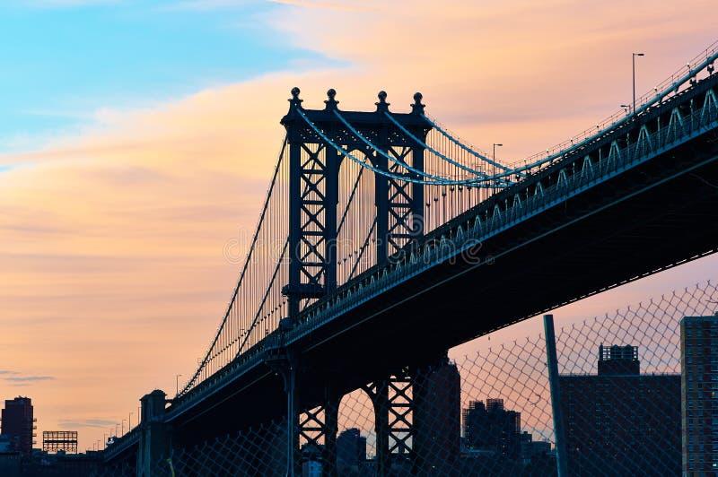 De Brug en de horizonsilhouetmening van Manhattan van Brooklyn bij zonsondergang stock foto's