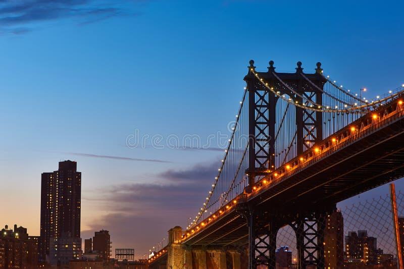 De Brug en de horizonsilhouetmening van Manhattan van Brooklyn bij zonsondergang royalty-vrije stock foto's