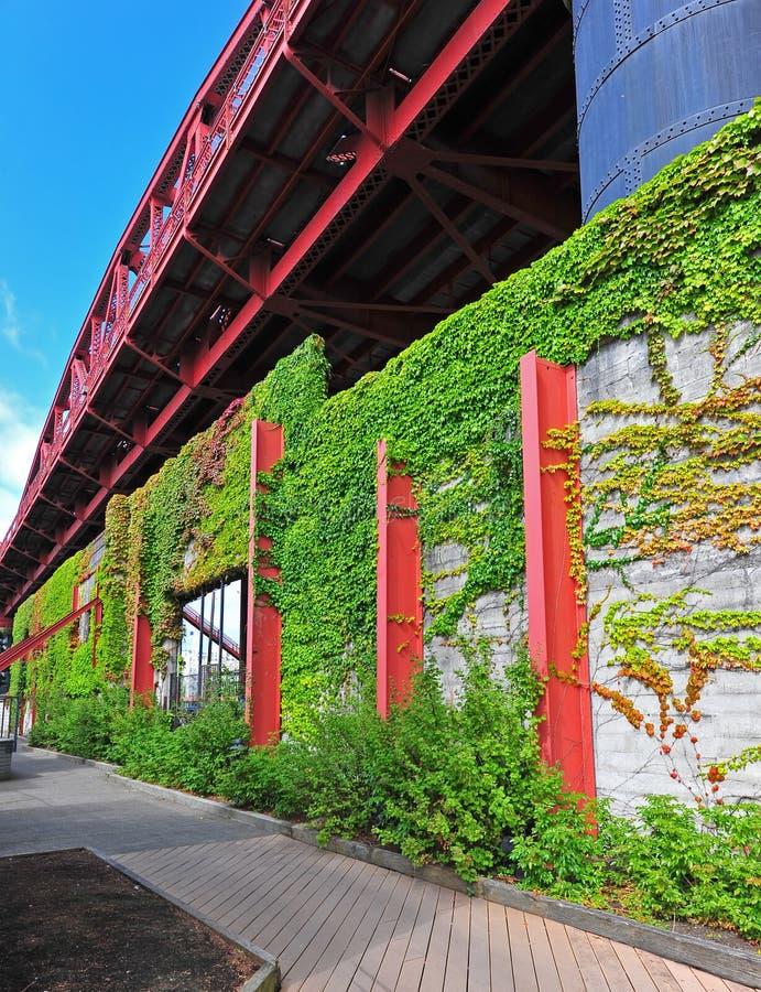 De brug en de Wijnstok behandelden muur langs een promenade royalty-vrije stock afbeeldingen