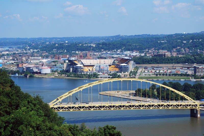 De brug en Heinz Field van Pittsburgh stock foto's
