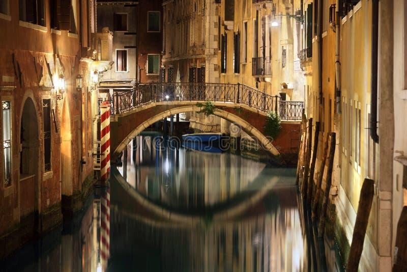 De brug en het kanaal van Venetië bij nacht stock fotografie