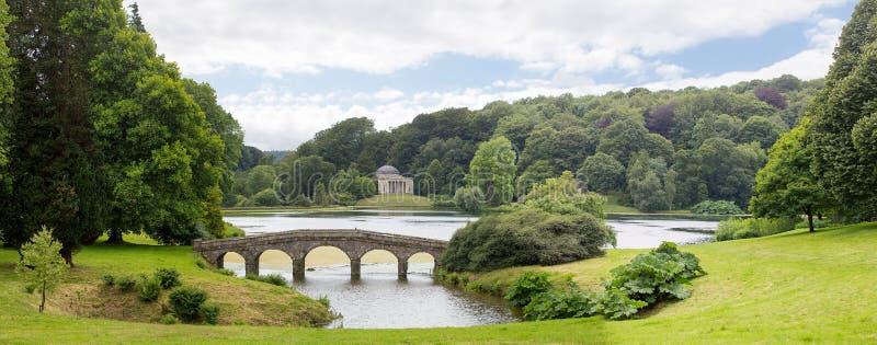 De brug en het Pantheon van de Stourheadtuin royalty-vrije stock fotografie