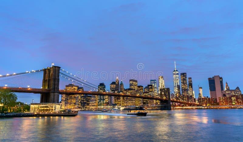 De Brug en Manhattan van Brooklyn bij zonsondergang - New York, de V.S. stock foto's