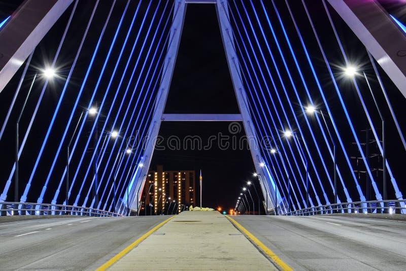 De Brug Minneapolis, Minnesota van het Lowryave bij nacht stock afbeelding