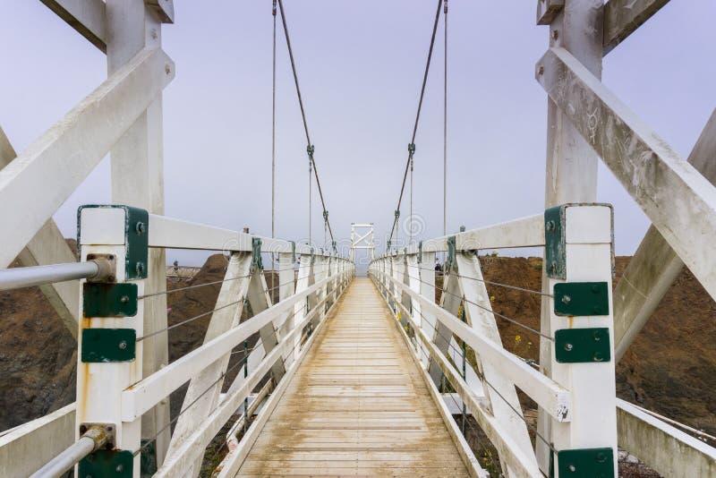 De brug op Punt Bonita Lighthouse op een mistige dag, Marin Headlands, de baaigebied van San Francisco, Californië royalty-vrije stock foto's