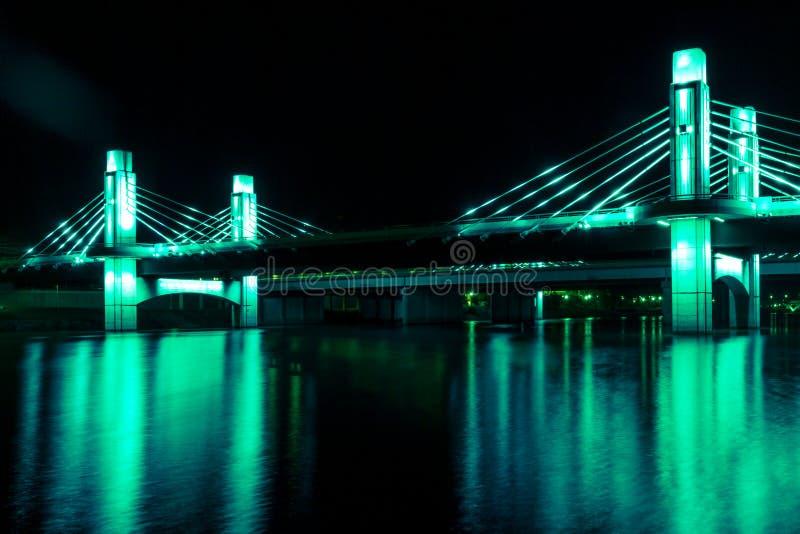 De brug over Brazos-Rivier door leiden in Waco, Texas/Licht wordt verlicht schilderde brug die stock afbeelding