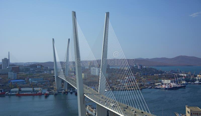 De brug over de Baai, in de havenstad zonnig dag en het bloeien groen stock foto's