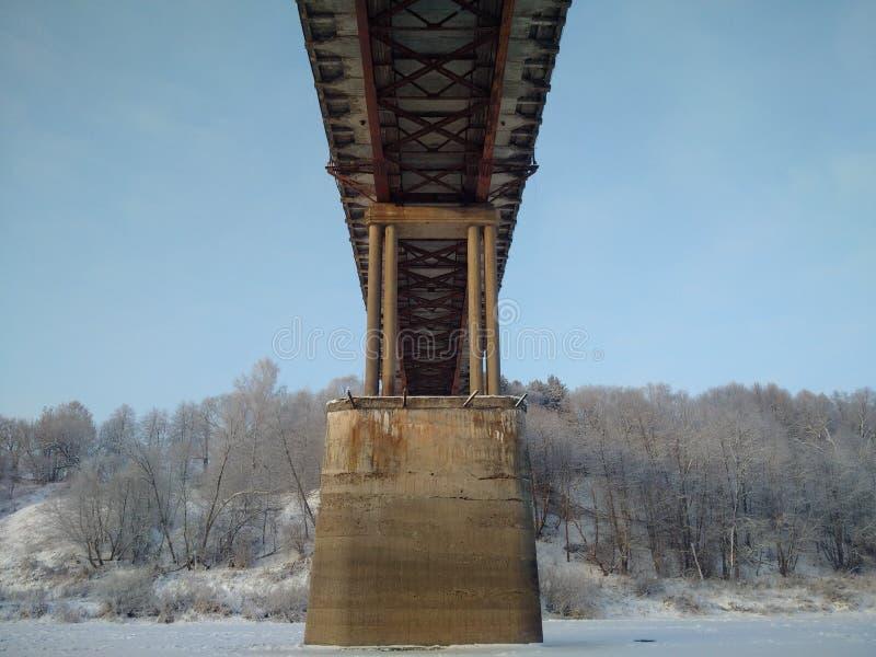 De brug over de rivier stock fotografie