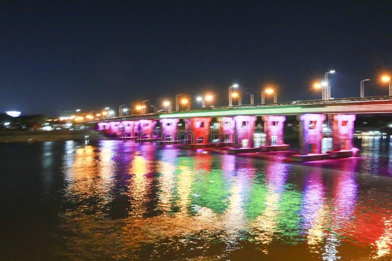 De brug over de rivier het lichte nadenken van het water stock fotografie