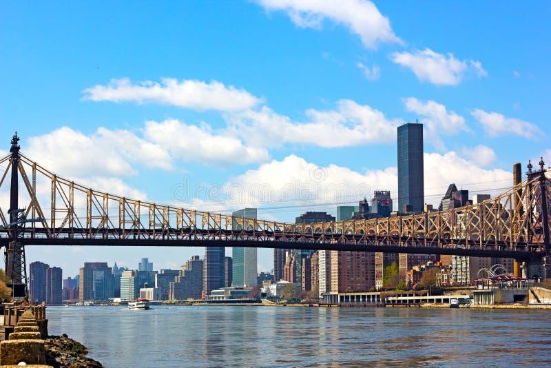 De brug over de Rivier van het Oosten in Manhattan, New York stock foto's