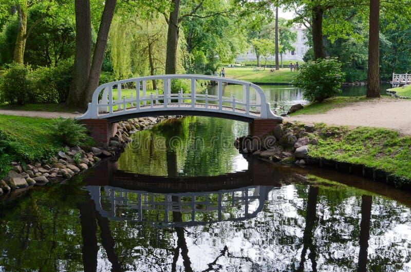 De brug over de vijver in het park, Palanga, Litouwen royalty-vrije stock afbeelding