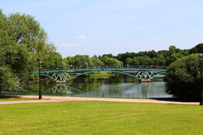 De brug over de vijver in Tsaritsyno royalty-vrije stock foto's