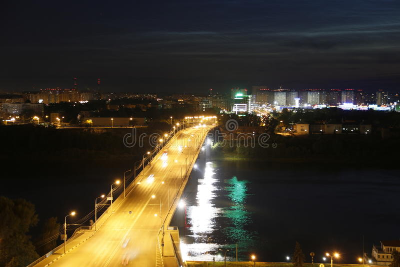 De brug over de Volga rivier royalty-vrije stock fotografie