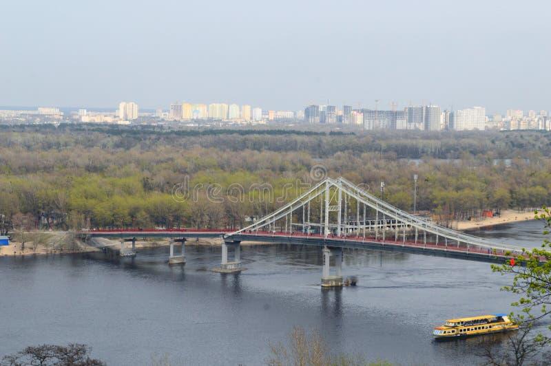De brug over de Dnieper-Rivier royalty-vrije stock foto's