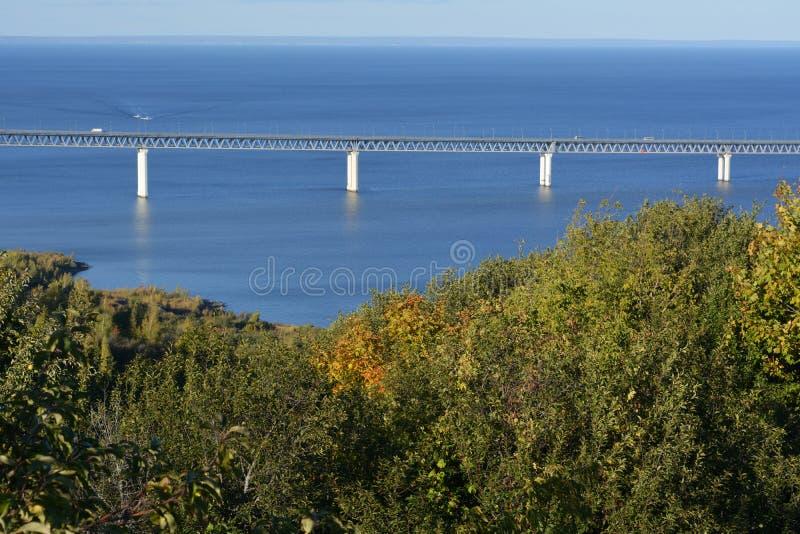 De brug over de Volga rivier en bomen op de helling van de bank op de voorgrond Zonnige de herfstdag royalty-vrije stock foto's
