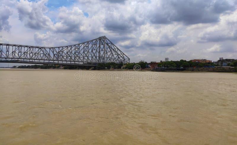 De brug of Rabindra Setu van Howrah zijn gelegen aan de Hoogly-rivier royalty-vrije stock fotografie