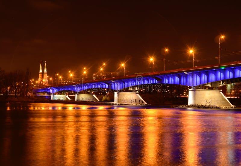 De brug slasko-Dabrowski bij schemer wordt verlicht met wijst op POLEN, WARSHAU dat stock foto