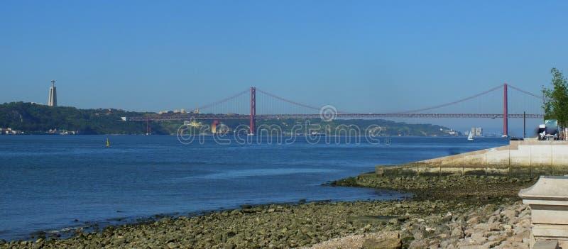 25 de Brug van april, Lissabon stock afbeeldingen