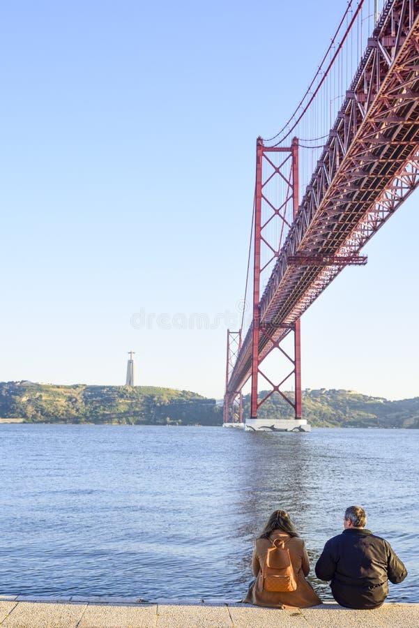 25 de brug van april over de Tago-rivier in Lissabon royalty-vrije stock afbeeldingen
