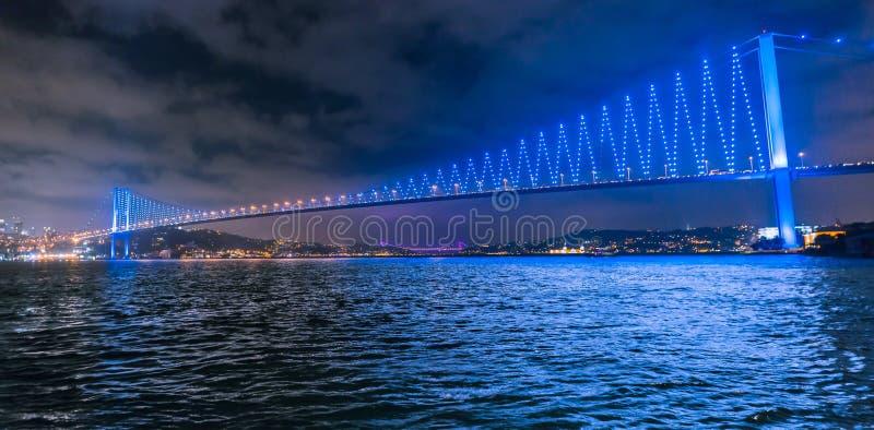 De Brug van Bosphorus bij Nacht stock fotografie