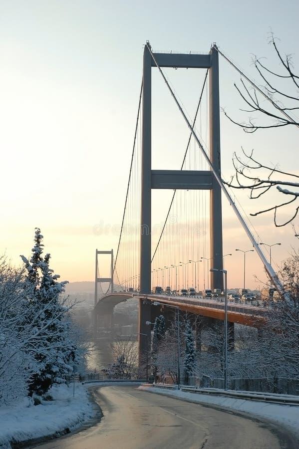 De brug van Bosphorus in de sneeuw stock foto