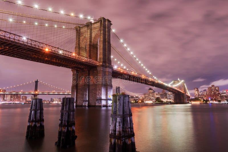 De Brug van Brooklyn bij schemer, de Stad van New York, de V.S. royalty-vrije stock afbeeldingen